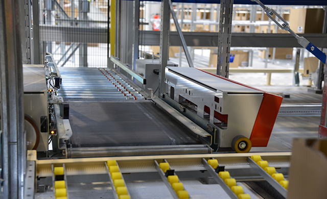 Picture of dynamic replenishment shuttle, goods-to-person solution by Savoye